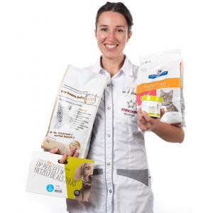 Dierenartsassistente met verschillende soorten voeding in haar handen